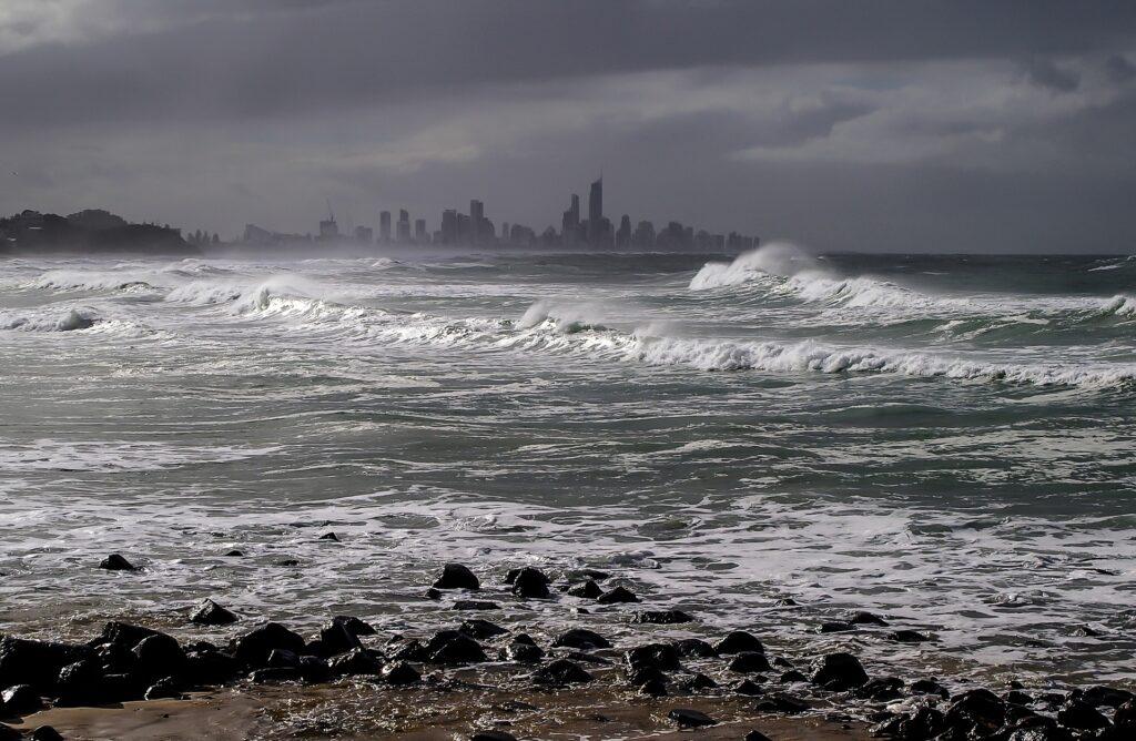 Duizenden mensen in het noordoosten van Australië verlaten hun huizen vanwege een dreigende cycloon.