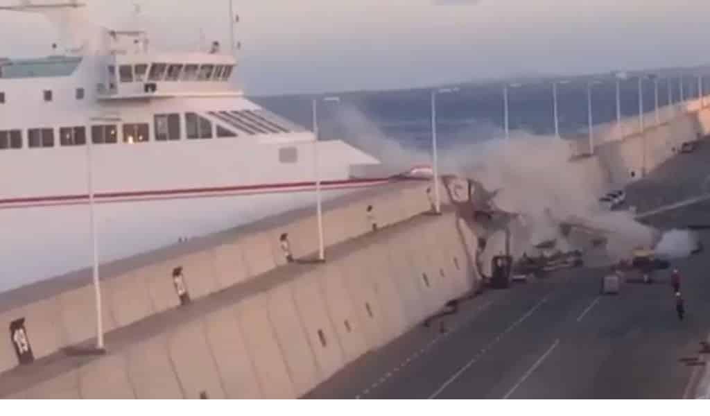 Ferry ramt pier Gran Canaria en lekt olie