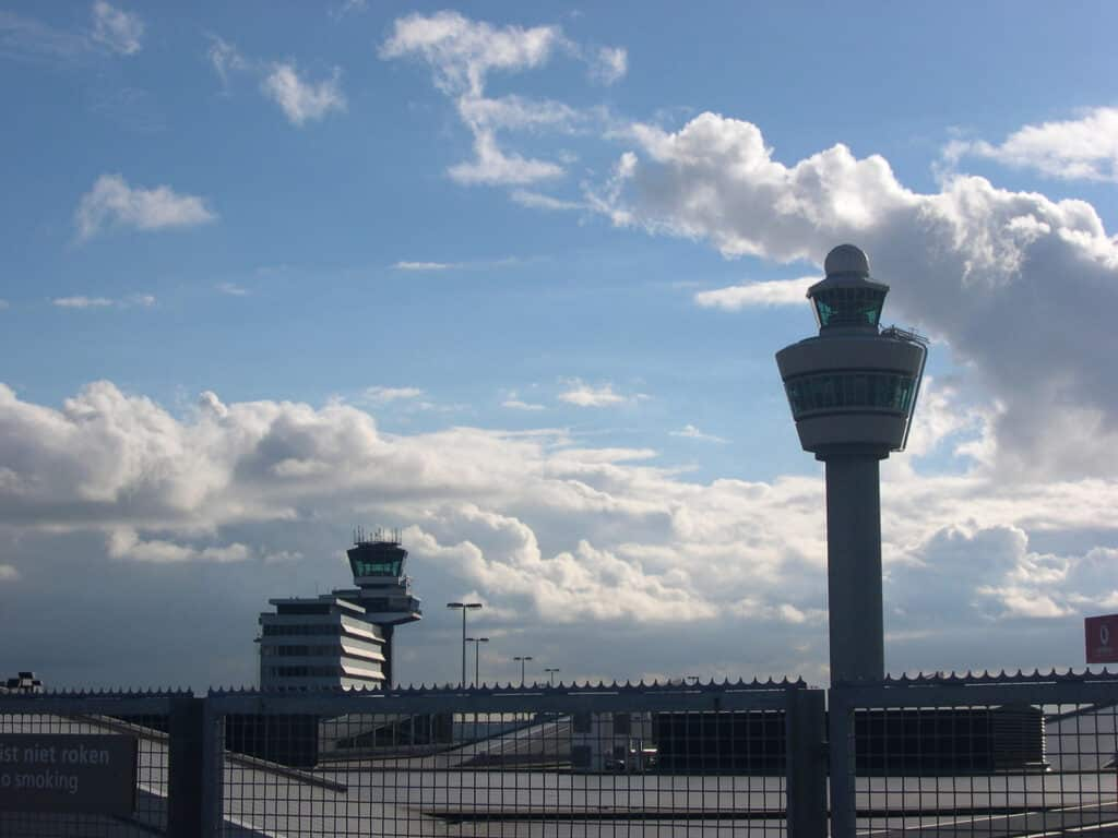 Schiphol opent vandaag 3 april een nieuwe tijdelijke noodhal om de ergste vakantiedrukte te verlichten.