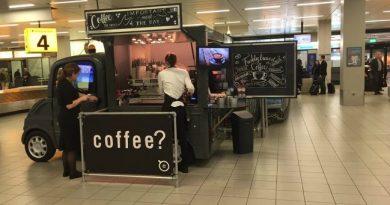 Bakje verse koffie bij de bagagehal op Schiphol