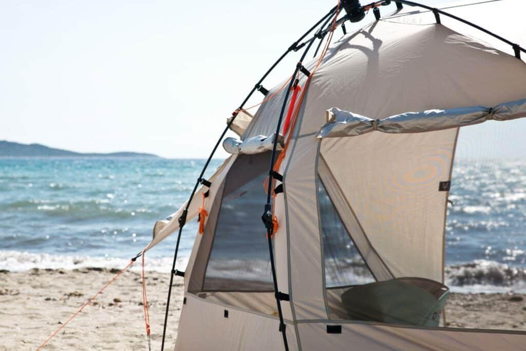 Cocoonen op het strand in je UV-bestendige pop-up shelter