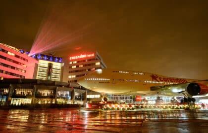 Boeing 747 is 'geland' in Corendon Village Hotel
