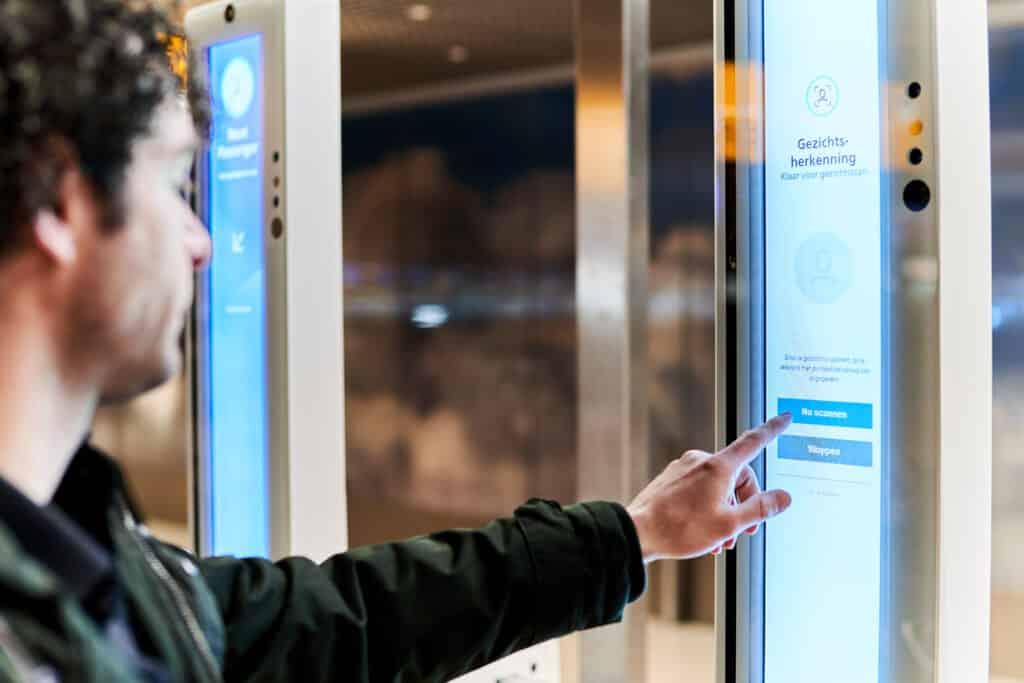 Geen rij meer op Schiphol dankzij gezichtsscanners?