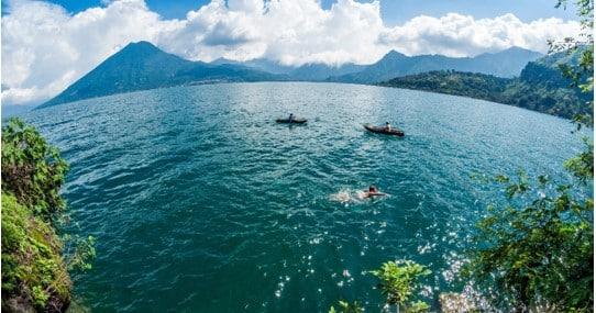 Waterpracht van Lago Atitlán in Guatemala