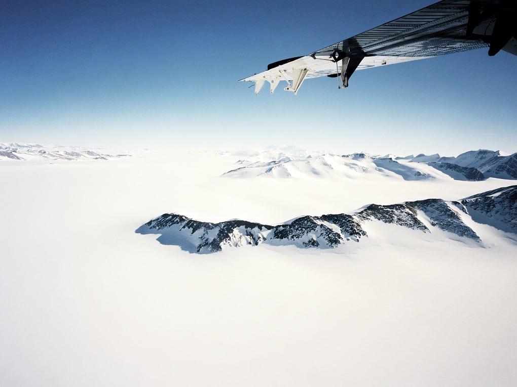 Luchtfoto van de Ellsworth Mountains vanuit het raam van een Twin Otter.