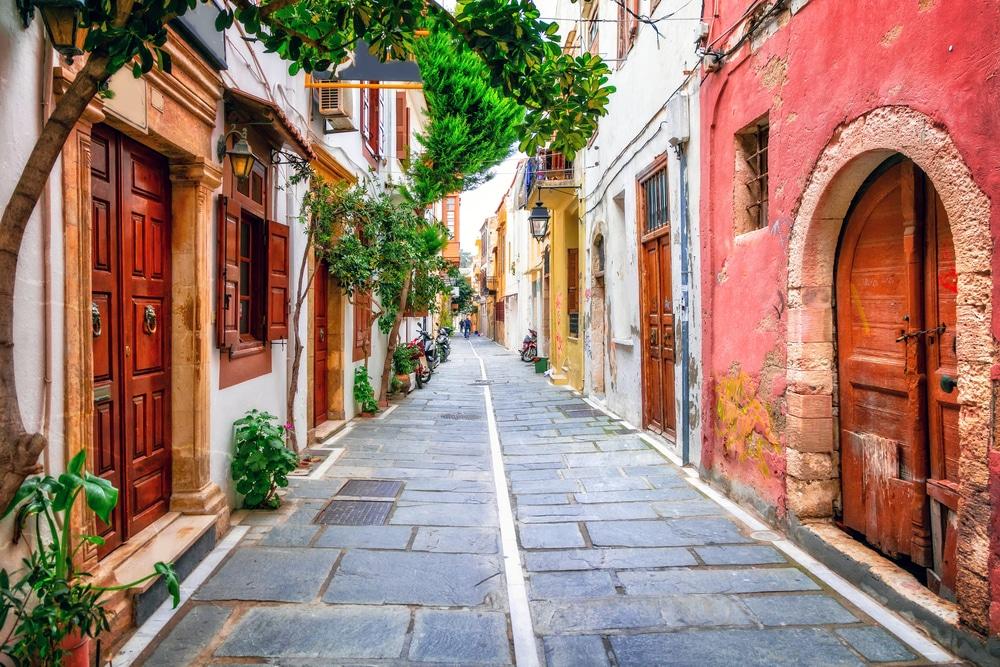 Schilderachtig straatje op Kreta, Griekenland.