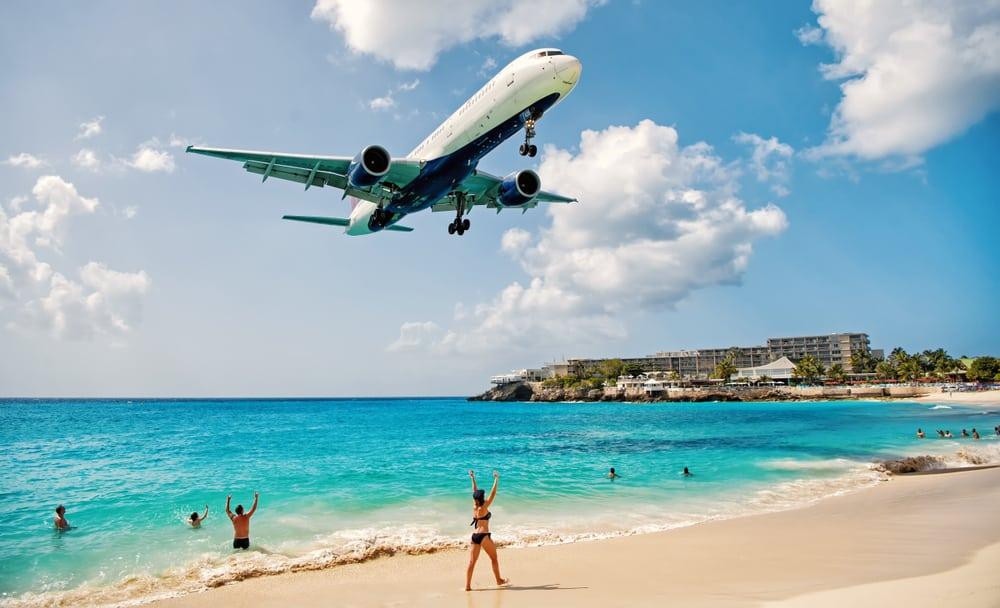 Vliegtuig boven Maho Beach op Sint Maarten.