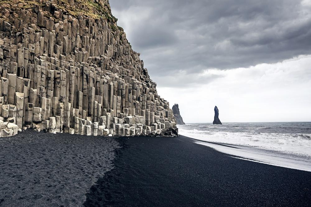 Zwarte zandstrand van Reynisfjara in IJsland.