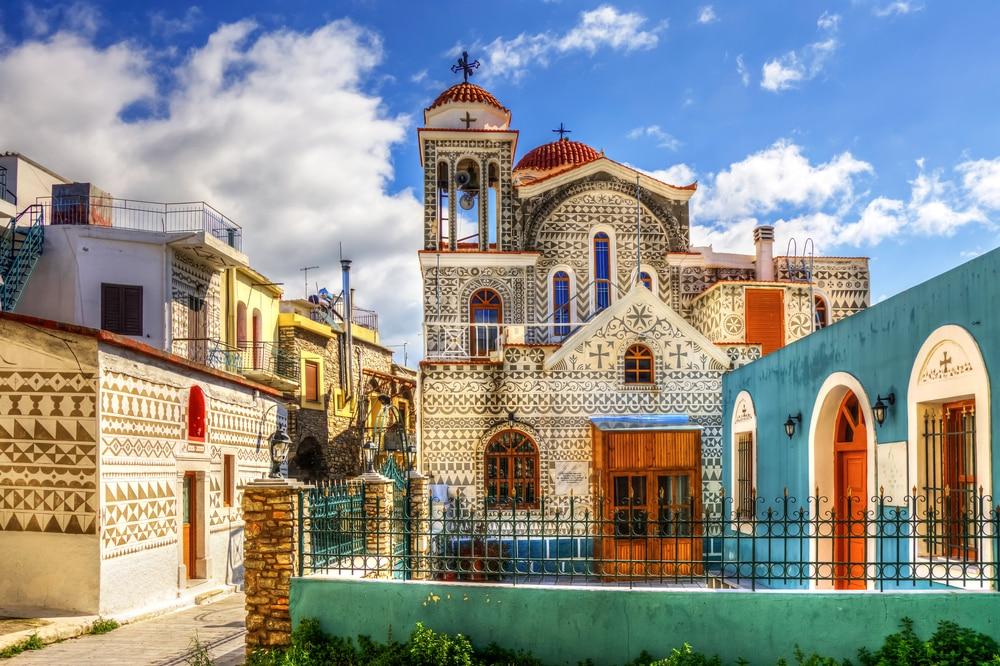 Zwart-wit beschilderde huizen op Chios.
