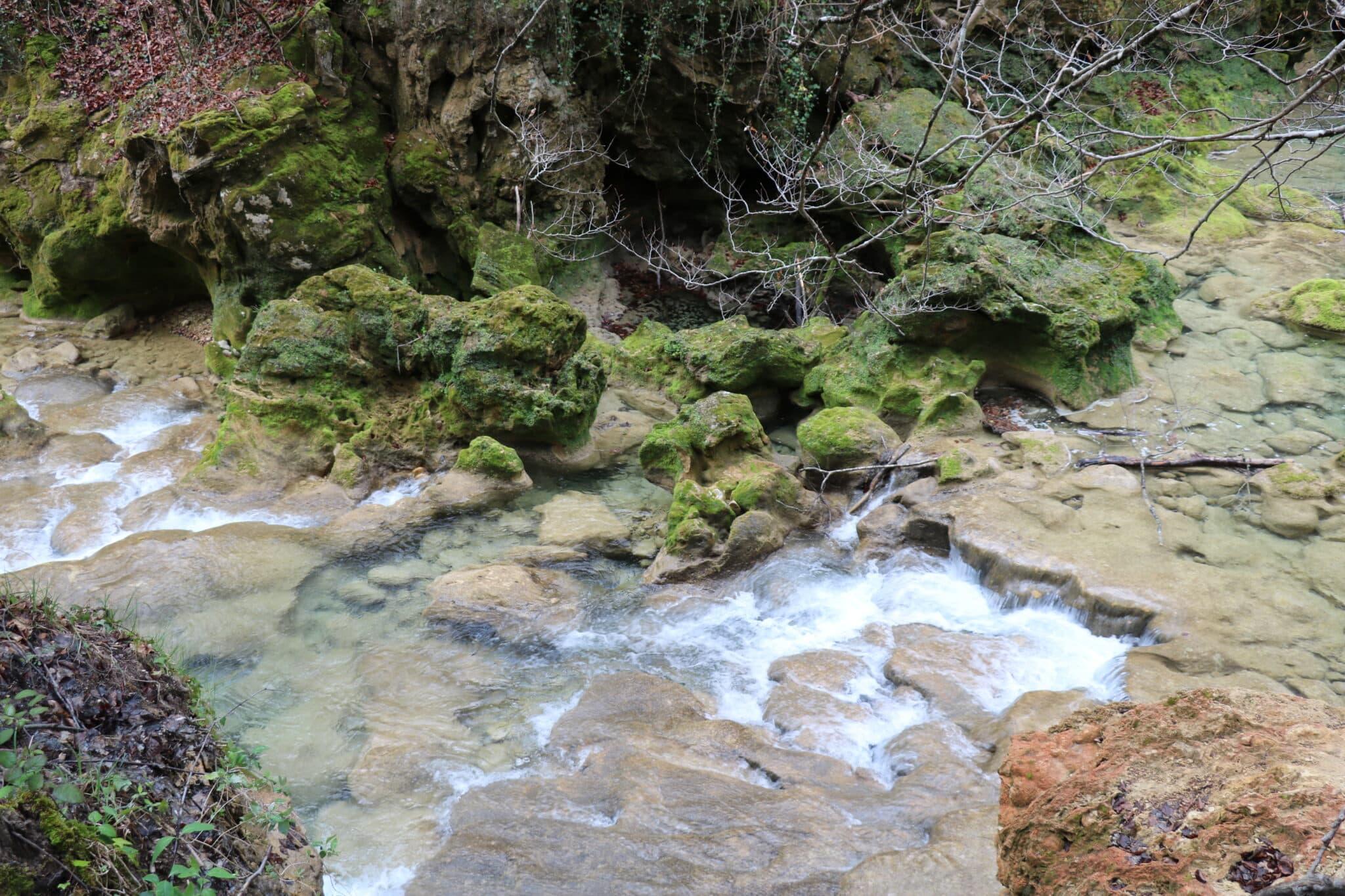 Watervallen en blauwe meren in Urederra