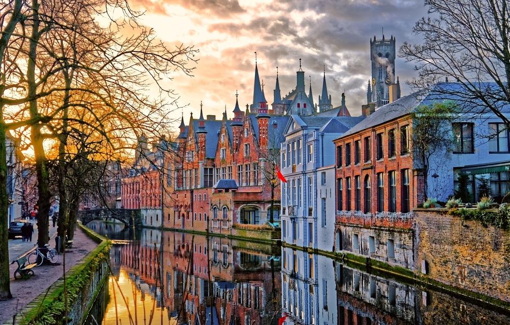 Wandel over de grachten van Brugge