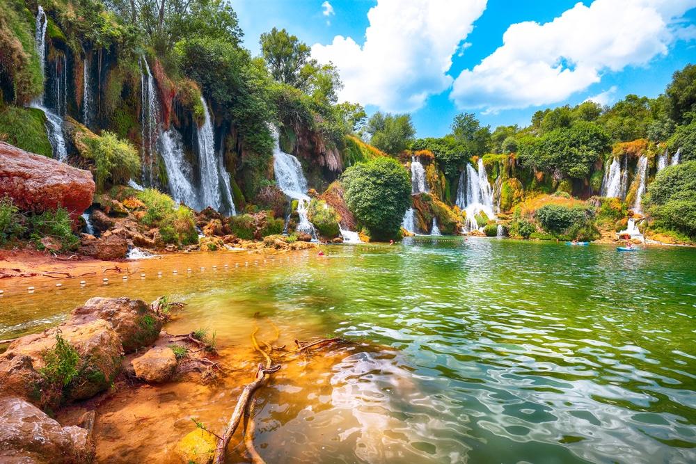 Ga zwemmen in de Kravica-watervallen