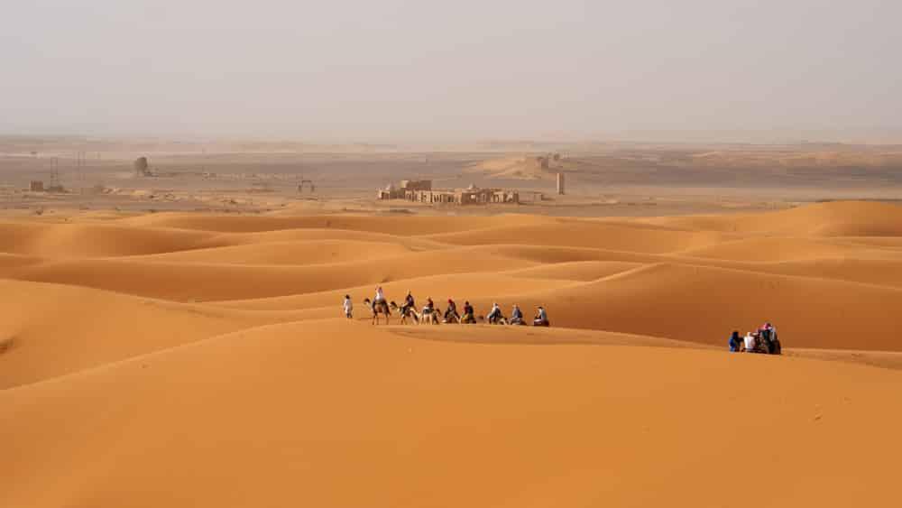 Maak een tocht door de Sahara
