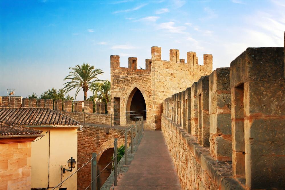 De stadsmuren van de stad Alcúdia