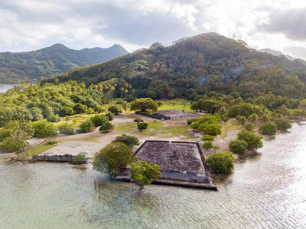 Bezoek de ruines van Taputapuatea Marae op Raiatea