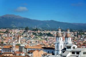 Bezoek een van de koloniale steden van Ecuador