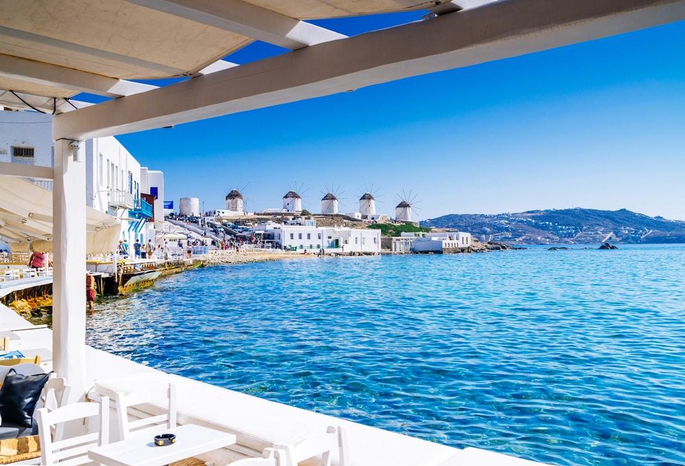 Struin de wit met blauwe straten af van Mykonos