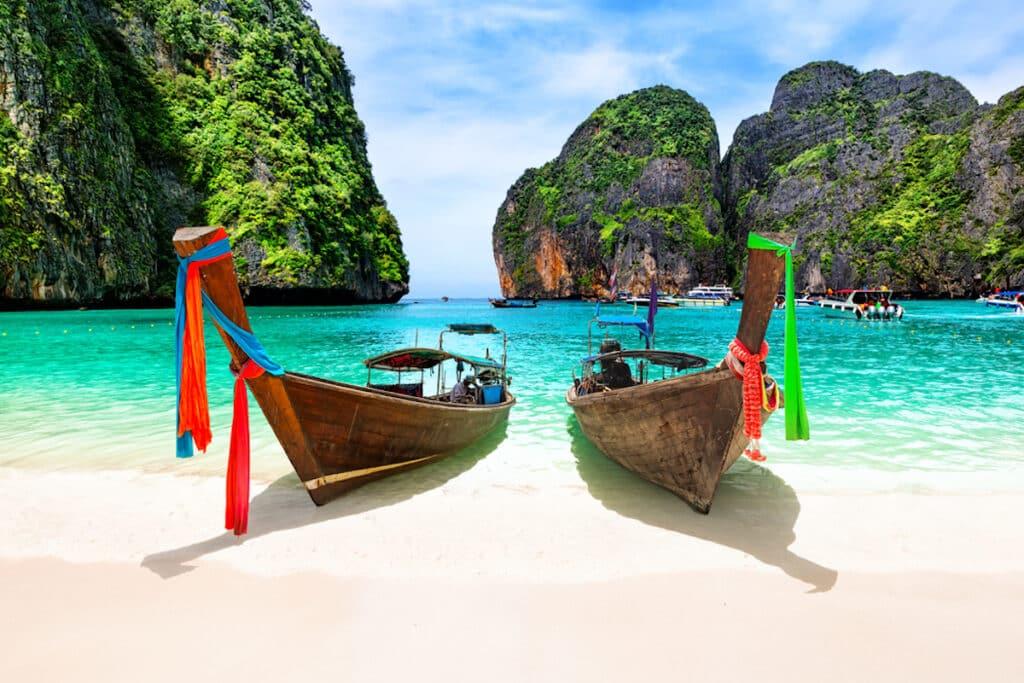 Een houten longtail boot op Maya bay, Thailand.