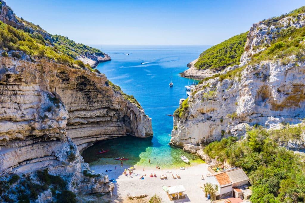 Het Stiniva-strand op het eiland Vis, Kroatië
