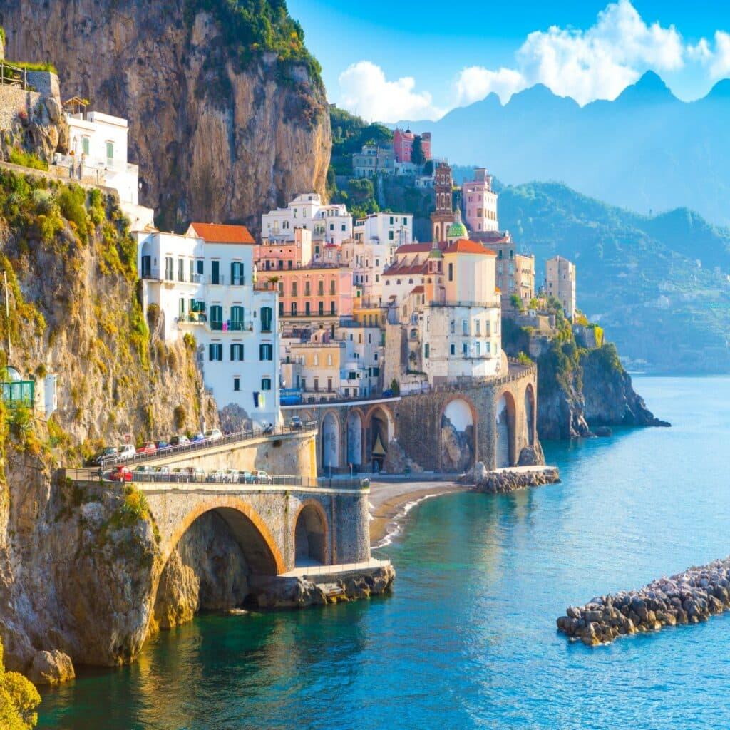 De stad Amalfi aan de Amalfikust in Italië