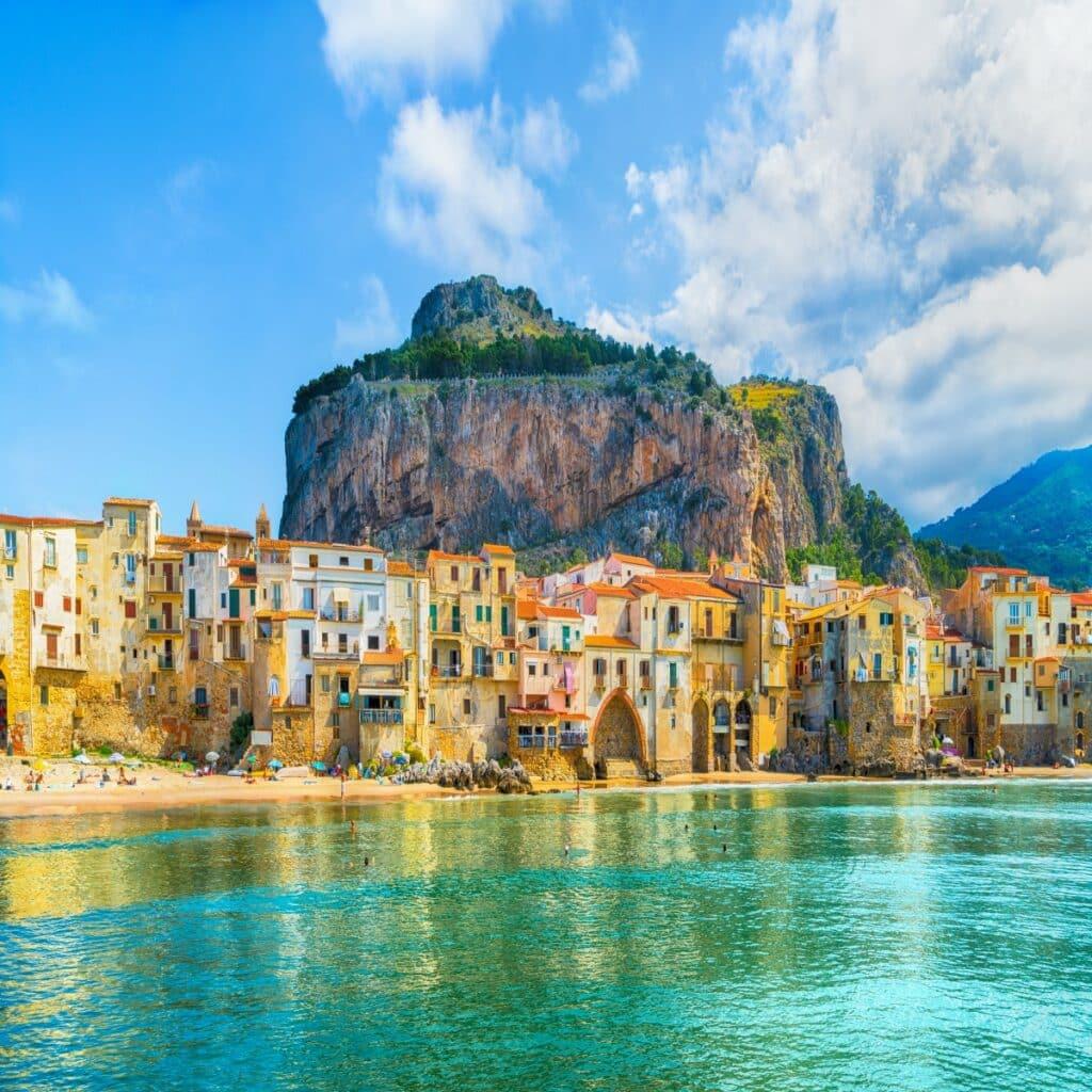 Het dorpje Cefalù met de kenmerkende hoge rots