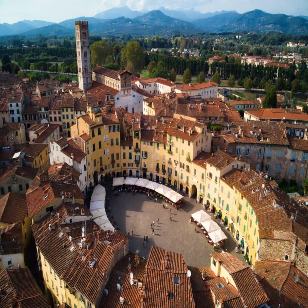 De ovale marktplein Piazza dell' Anfiteatro in Lucca