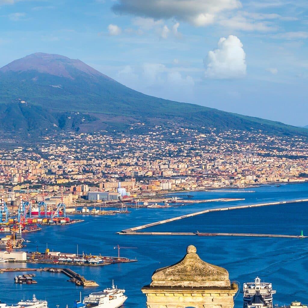 De stad Napels in Italië met de vulkaan Vesuvius op de achtergrond
