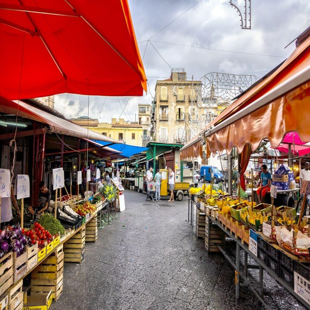 één van de kleurrijke markten in Palermo