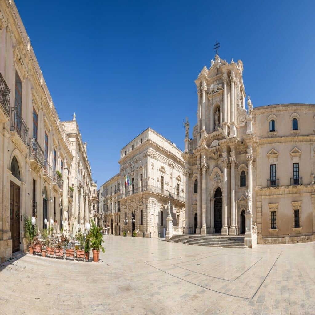 Het plein Piazza del Duomo in Syracuse